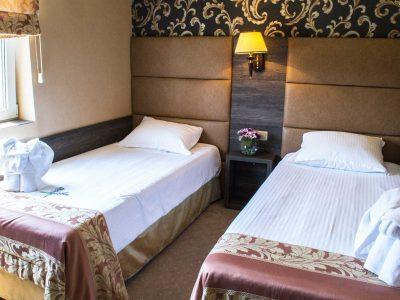 Две единични легла в хотелски апартамент - хотел Двореца