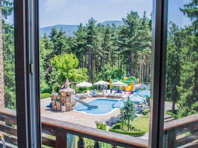 Тераса гледаща към детски минерален басейн в спа хотел Двореца