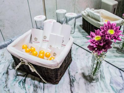 Хотелски тоалетни принадлежности и украса от цветя в баня на СПА хотел Двореца