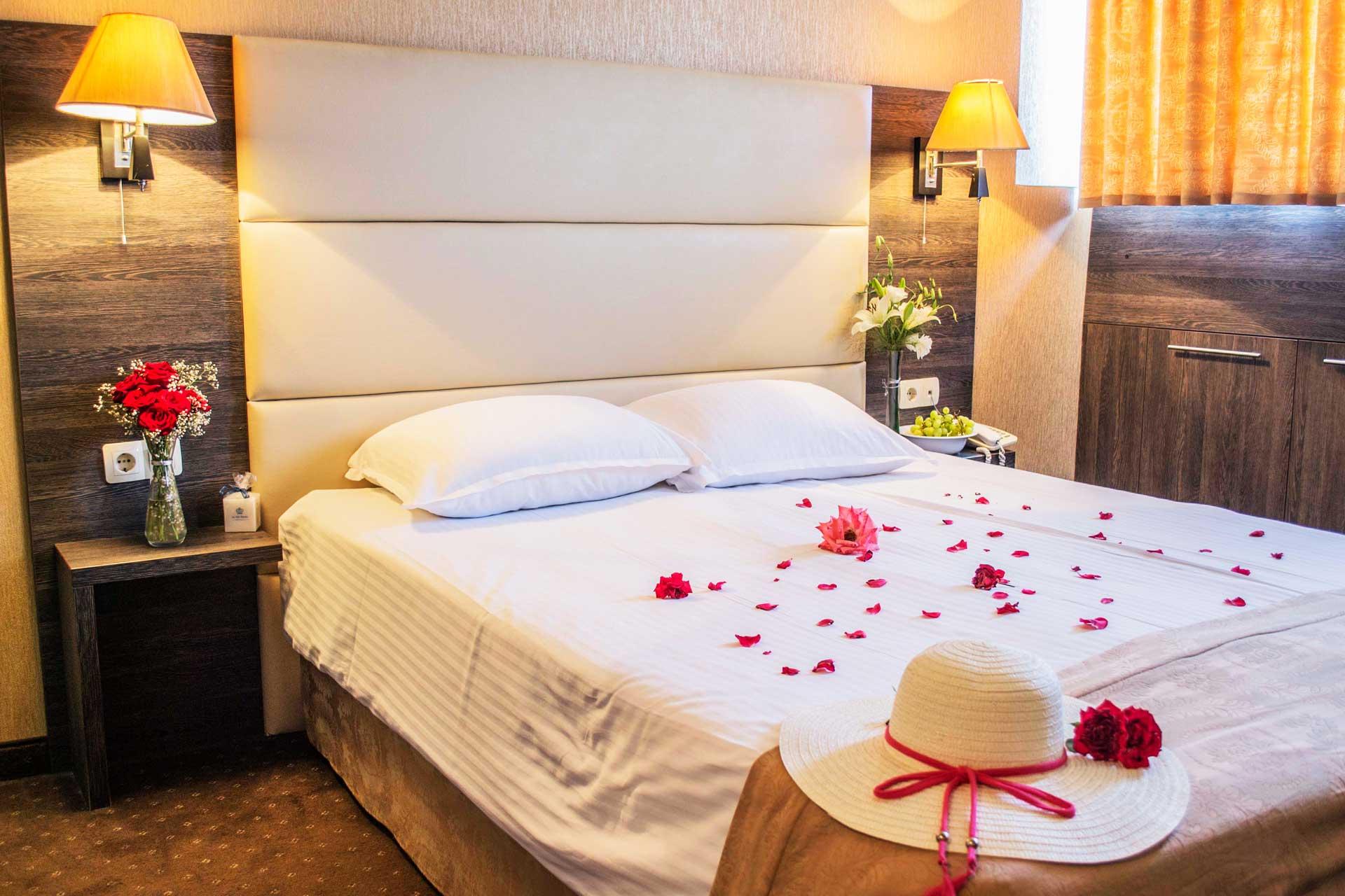 Цветя и листа от рози украсени в хотелска стая