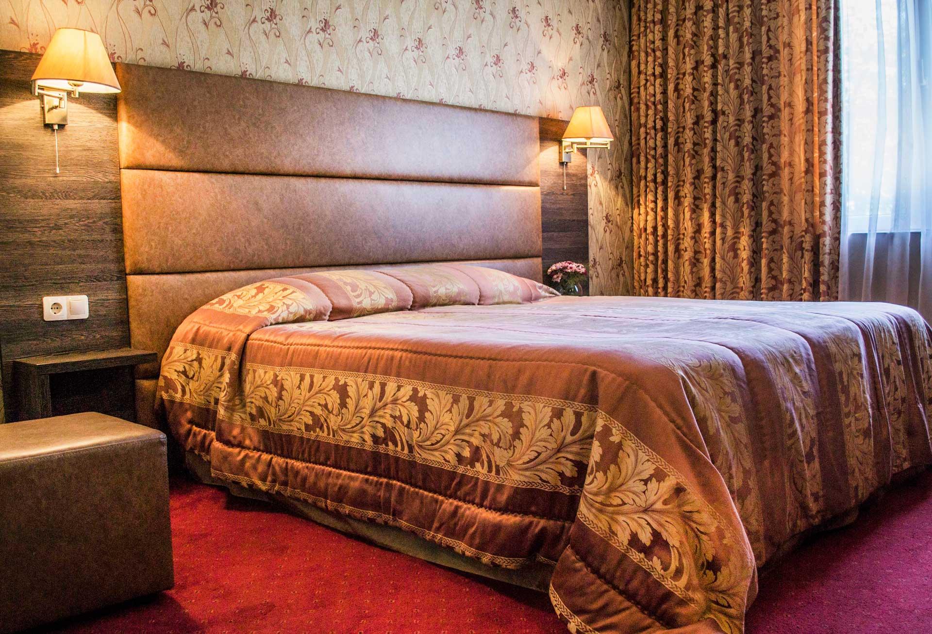 Пуснати лампи и легло в двойна стая на хотел Двореца