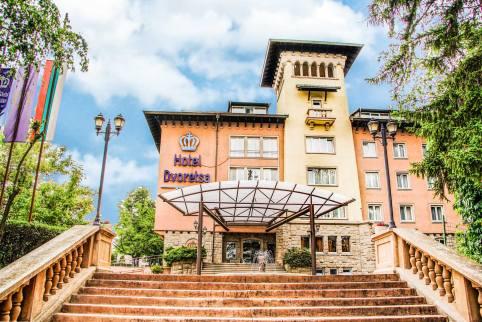 Изглед от стълбите водещи към главния ход на Спа Хотел Двореца