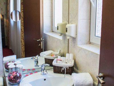 Цветя, диспенсър за сапун, мивка, хавлии и кърпи в хотел Двореца