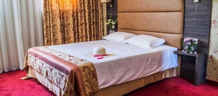 Цветя украсяващи стая с легло в хотел