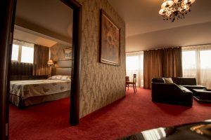 спалня и хол в хотелски апартамент