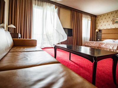 хотелска стая с диван, масичка и двойно легло