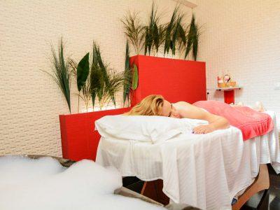 Жена легнала върху масажна маса