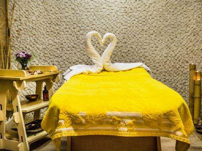 Кърпи украсени във формата на лебед върху масажна маса