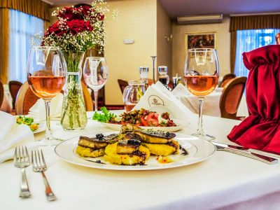 Маса с обяд украсена с цветя и розе в хотел Двореца