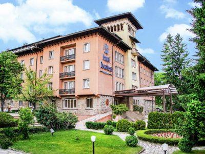 Градина и главен вход на хотел Двореца
