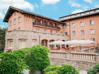 Външен ресторант на СПА хотел Двореца в слънчев ден