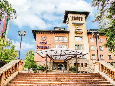Стълби водещи към входа на СПА хотел Двореца