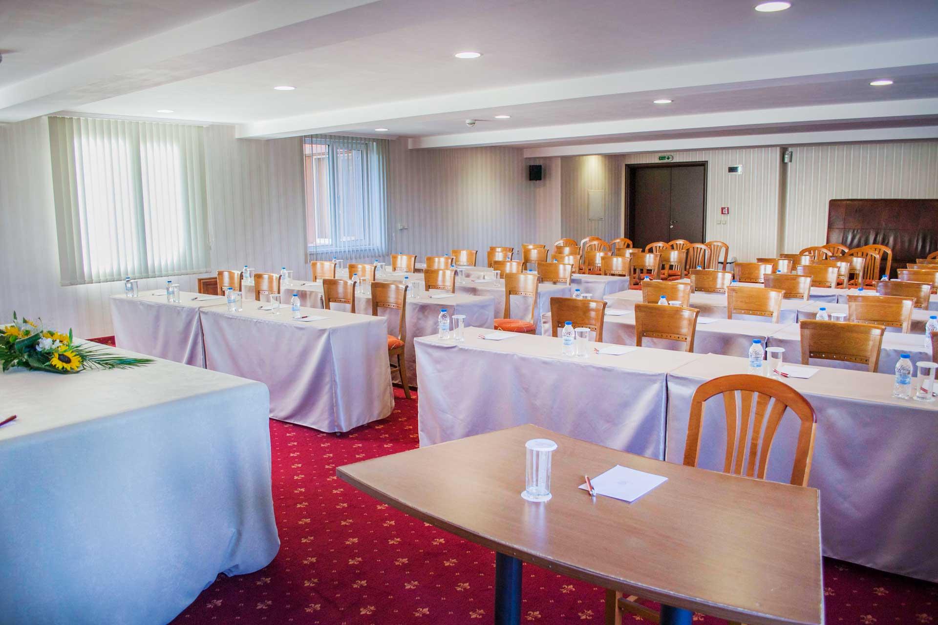Маси и столове в конферентна зала