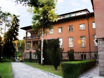Алея в градината на хотел Двореца