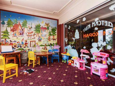 Играчки и кът за игра в занималня на хотел Двореца