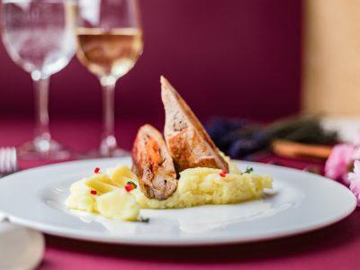 ястие с месо и картофено пюре, сервирано в бяла чиния в ресторант