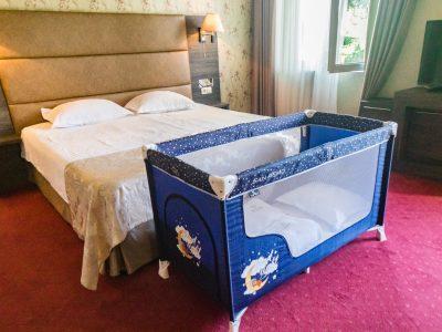 хотелска стая с детско легло