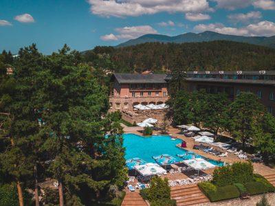 хотел и басейн, снимани с дрон