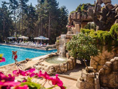 басейн на хотел и изградена атракция пещера