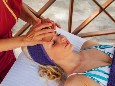 масаж на лице на младо момиче